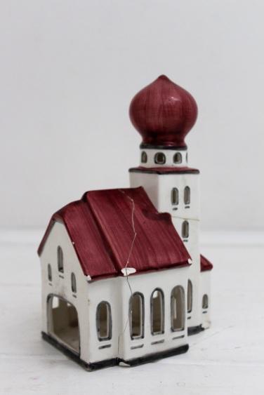 Windlicht aus Porzellan in Form einer Kirche mit Zwiebelturm.